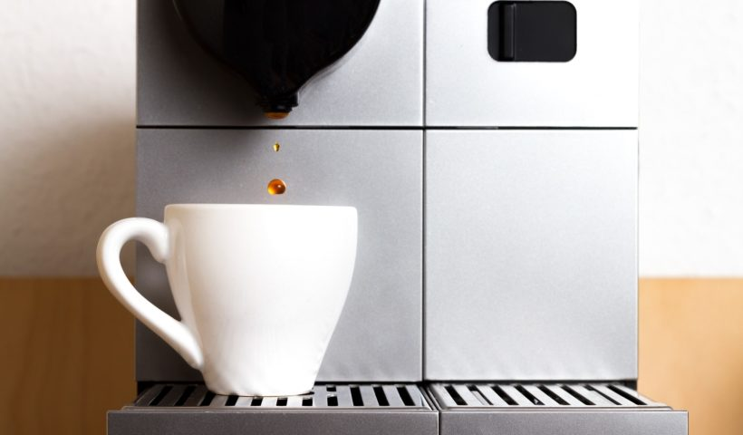 espresso-maschine-klein-mit-weißer-tasse-und-kaffee