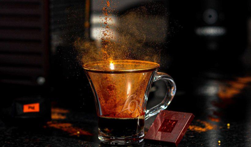 kaffee-mit-schokolade-und-kaffeepulver
